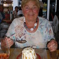 une gourmande devant son gâteau!!
