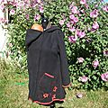 manteau de portage noir et rouge fleurs arabesques (2)