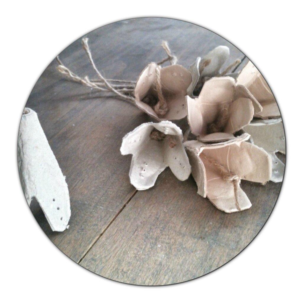 Fleurs en carton (boîte à oeufs)