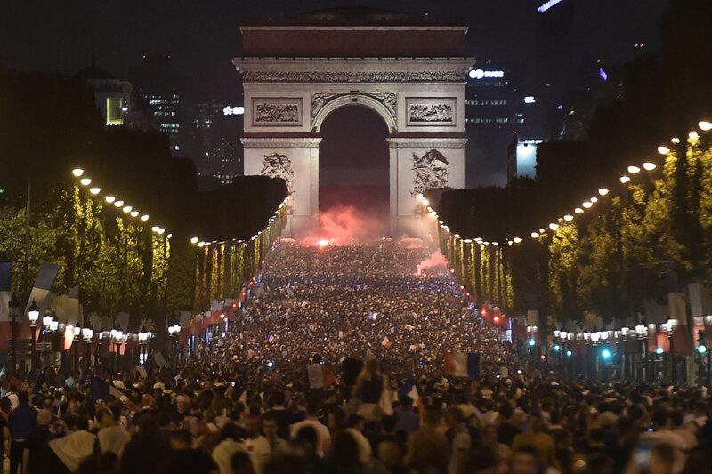 7794068109_les-supporters-francais-reunis-en-masse-sur-les-champs-elysees-apres-la-victoire-de-la-france-sur-la-belgique-1-a-0-en-demi-finale-de-la-coupe-du-monde