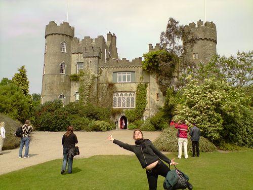 Maria devant le castle !