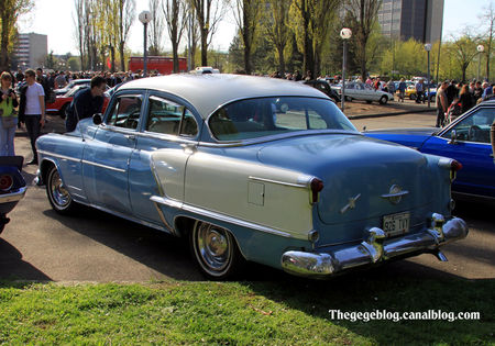 Oldsmobile_super_88_4door_sedan_de_1953__Retrorencard_avril_2011__02