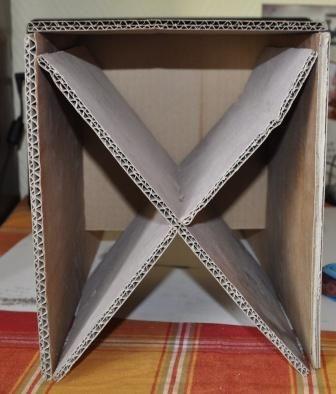Et Voici La Chaise Brute De Carton