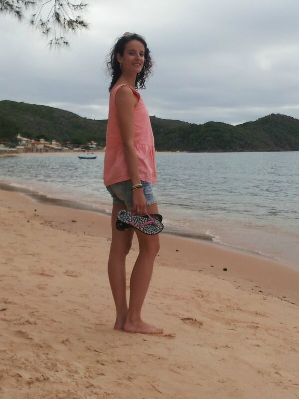 Lucie sur la plage abandonnée