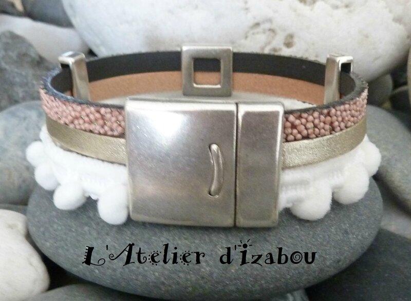 P1190688 Bracelet large triple rang à pompon blanc, cuir caviar rose, cuir satiné métallisé et passant coeur