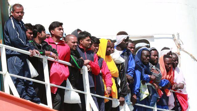 le-bateau-aquarius-de-medecins-sans-frontieres-msf-et-s-o-s-mediterranee-avec-un-millier-de-migrants-a-bord-arrive-au-port-italien-de-salerne-le-26-mai-2017_5888683