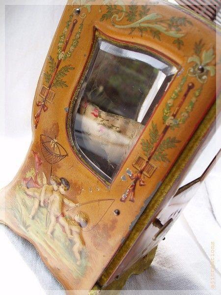 Petit objet en carton , recouvert de tissu est peint à la main