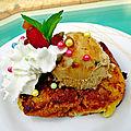 Brioche perdue caramélisée à la plancha, couronnée d'une boule de glace au caramel, de fruits confits et de crème fouettée