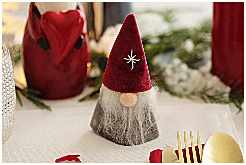 table-noel-lutin-rouge-tabling-photophore-bougie-mug-jysk-deco-guirlande-bougeoir-vaisselle-couvert-or-pliage-serviette-bradel-emportepièce-sapin-lumière
