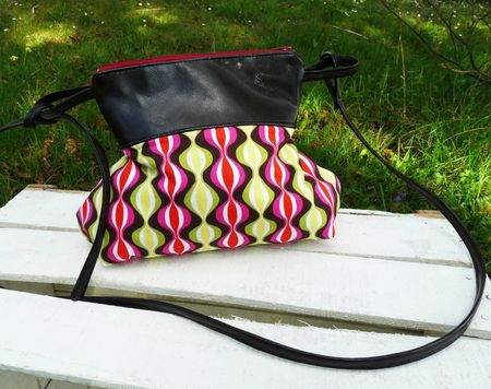sac becassine simili cuir marron noir et motifs pyche bande vagure rose, jaune vert, noir