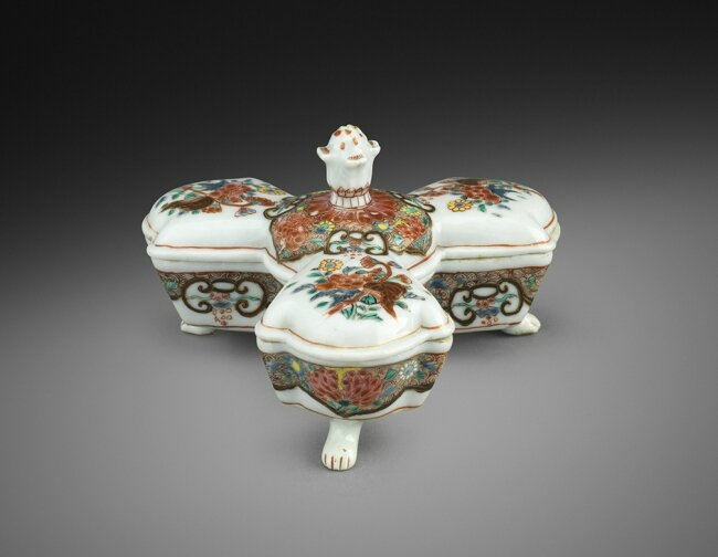 A Famille Rose Spice Box, China, Qing dynasty, Yongzheng-Qianlong period (1723-1795), c. 1730-1740. Porcelain decorated in overglaze enamels of the famille rose palette and gold. Width: 13 cm. Provenance: Collection of Benjamin F. Edwards III. Photo court
