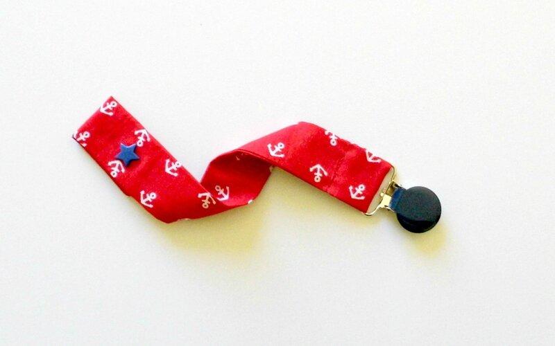 attache tétine rouge et bleu marine imprimée ancres