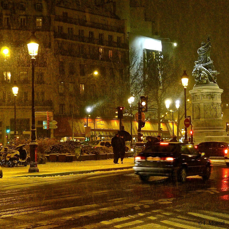 La place de Clichy depuis la rue Saint-Petersbourg dans le 8ème.