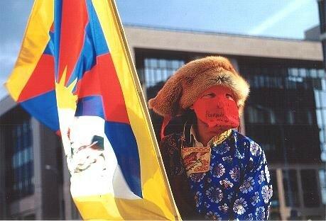 A Bruxelles le 10 mars 2003 - Tibétain masqué pour éviter les représailles sur sa famille