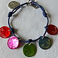 Bracelet sur cordon bleu marine, 5 médailles en nacre gravées