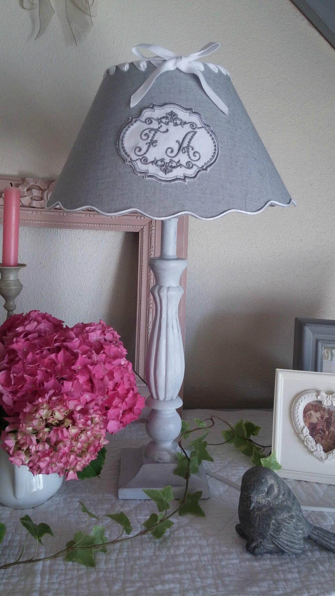 Lampe patiné en gris colombe et son abat-jour
