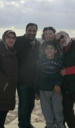 Youssef debout avec ses parents et les créateurs de Pluricosmos