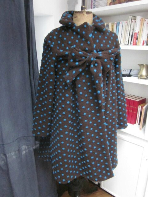 Manteau AGLAE en maille lainage chocolat à pois turquoise fermé par un noeud (2)