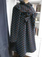 Manteau AGLAE en maille lainage chocolat à pois turquoise fermé par un noeud (6)
