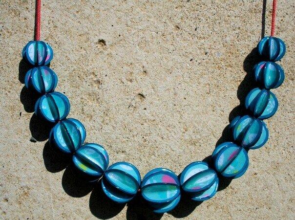 Collier perles de papier Bleu et Rose GROS PLAN