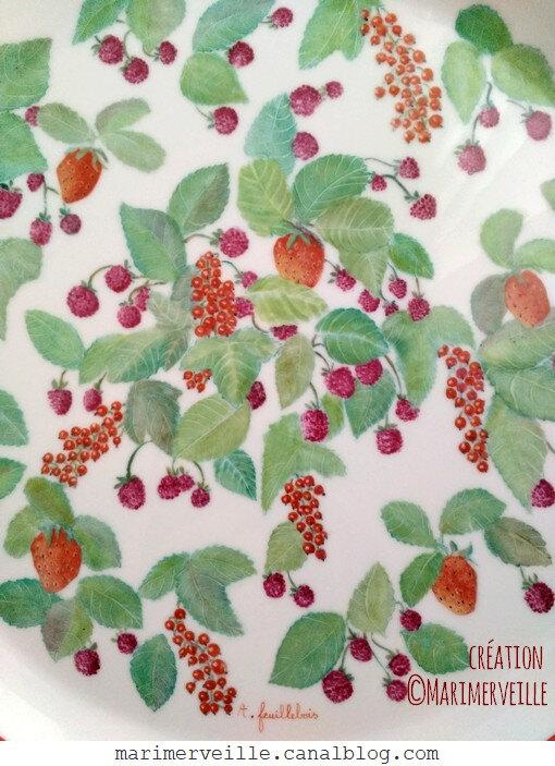détail décor aux fruits rouge peinture sur porcelaine création marimerveille