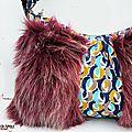 sac / besace original de créateur yeti fausse fourrure long poil bordeaux moucheté blanc motifs psyché bleu décalé
