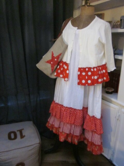 Cardigan GRETA en coton blanc et volant de popeline rouge à pois blancs - robe Champètre en lin blanc et coton imprimé rouge (3)