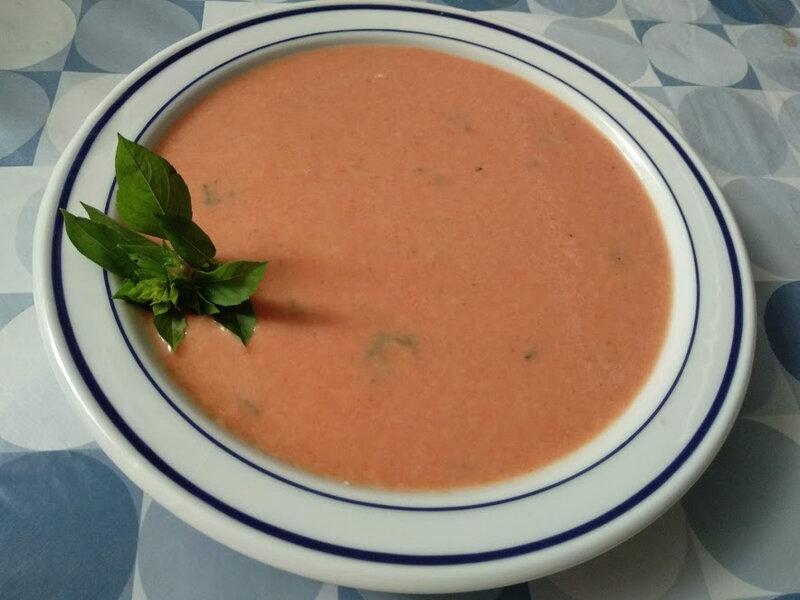 Soupe de tomates froide au chèvre frais et au basilic