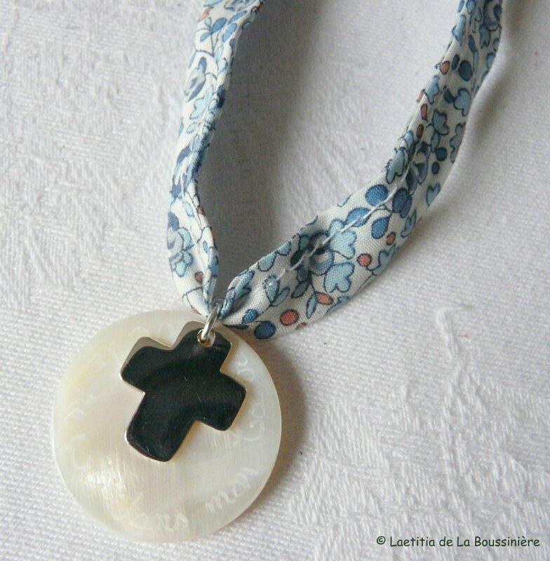 Collier de Communion Croix 17 mm (sur ruban Eloïse bleu) - 36 €