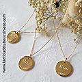Colliers personnalisés en plaqué or avec une médaille en plaqué or gravées recto verso montée sur chaîne plaqué or maille forçat