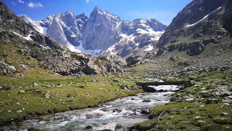 D) Vallée des Oulettes de Gaube, pont et Vignemale