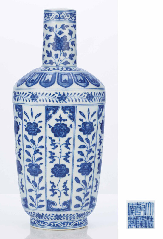 A fine Ming-style blue and white bottle vase