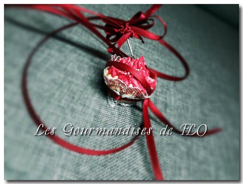 Collier cupcake chantilly framboise (collection La Gourmandise est un joli défaut)