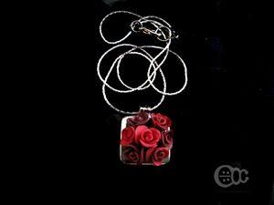Pendentif solo carré roses camaïeu rouge