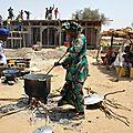 Fête villageoise - quand on cimente la terrasse, tout le village participe, les femmes cuisinent - Village de Gawdé Bofé