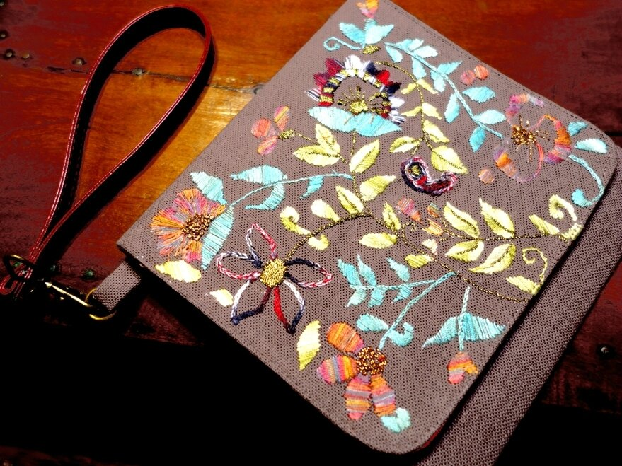 Pochette en lin taupe brodée main inspiration indienne