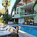 turquie dalyan petit dejeuner très matinal en terrasse entre piscine et riviere