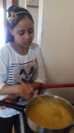 Noheila veille à la cuisson