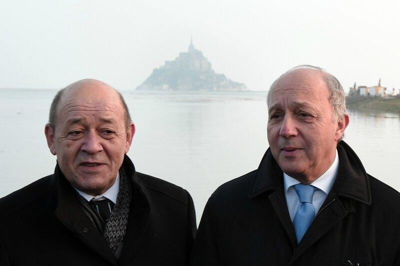 7777086682_jean-yves-le-drian-et-laurent-fabius-ministres-de-la-defense-et-des-affaires-etrangeres-se-sont-rendus-au-mont-saint-michel