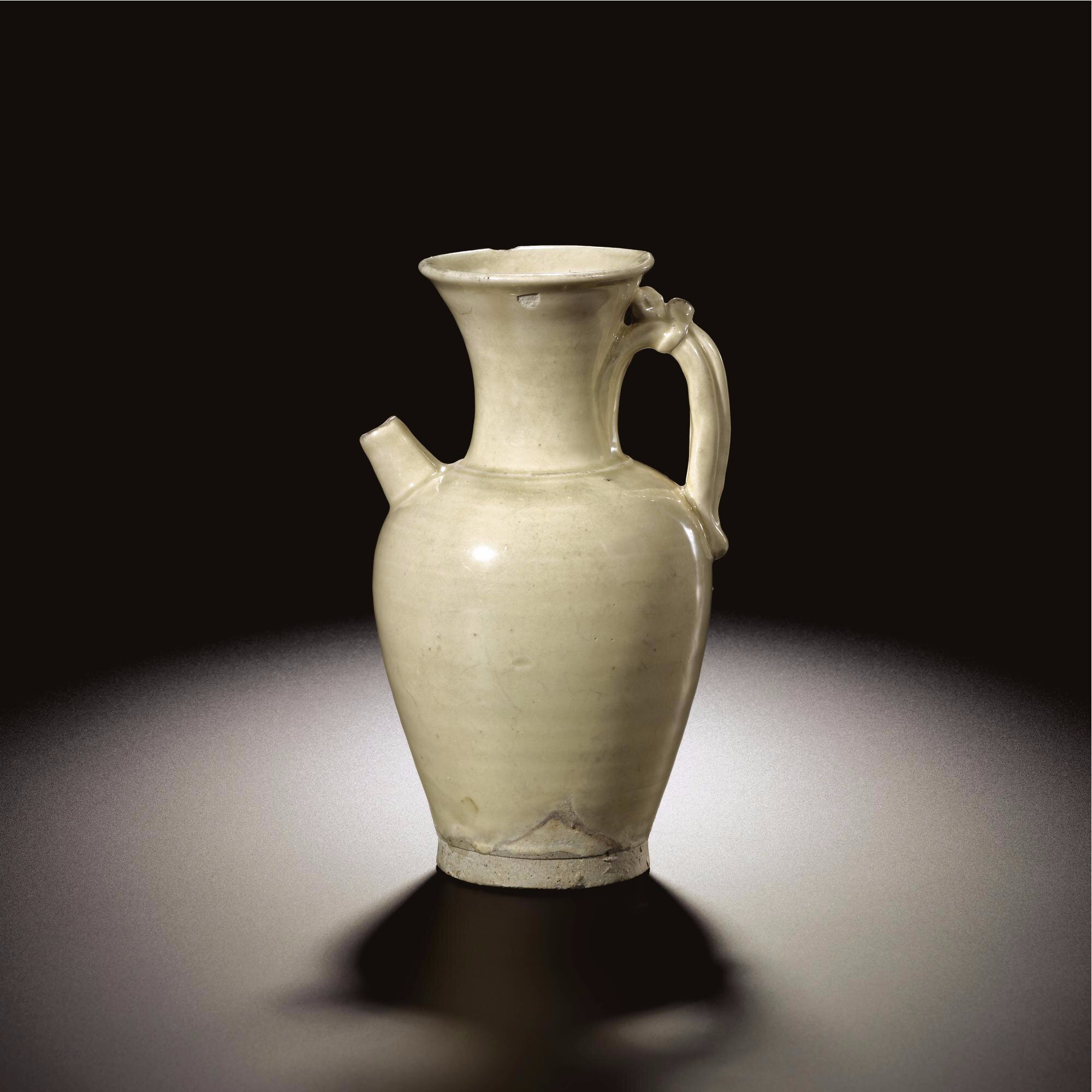 A white stoneware ewer, Tang dynasty