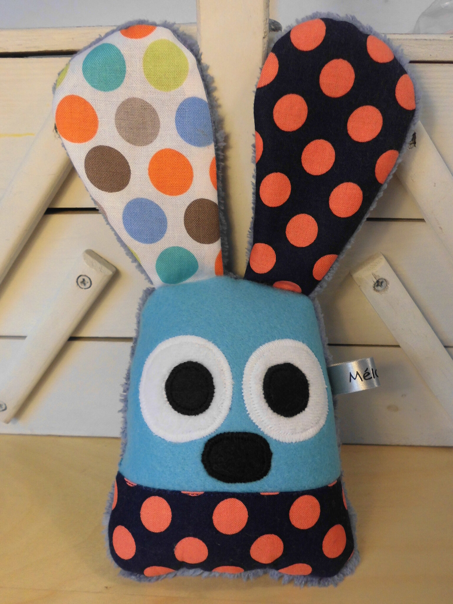 lapin_hochet_bleu_orange