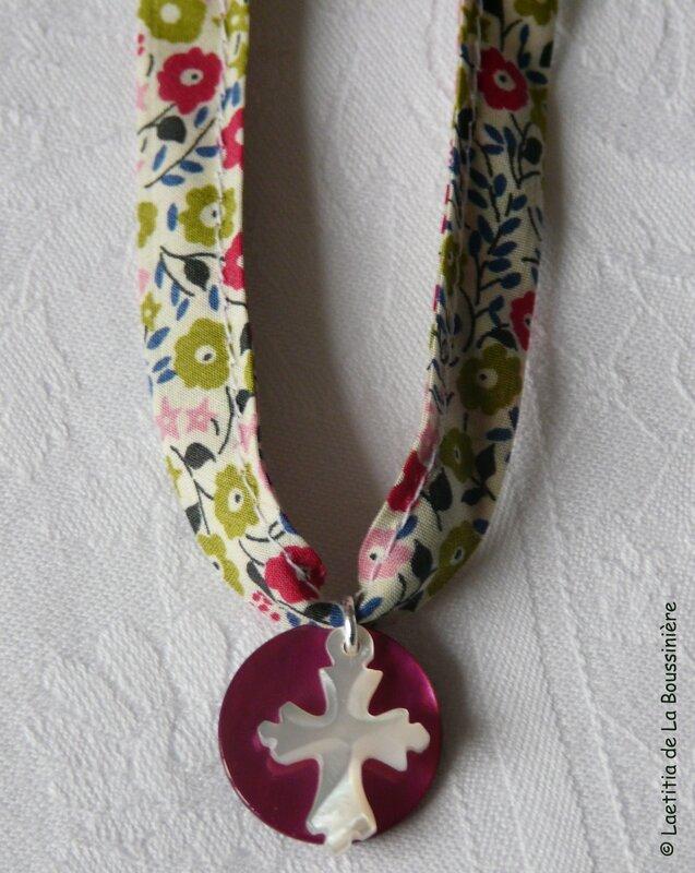 Collier médaille en nacre surmontée d'une Croix de Jérusalem