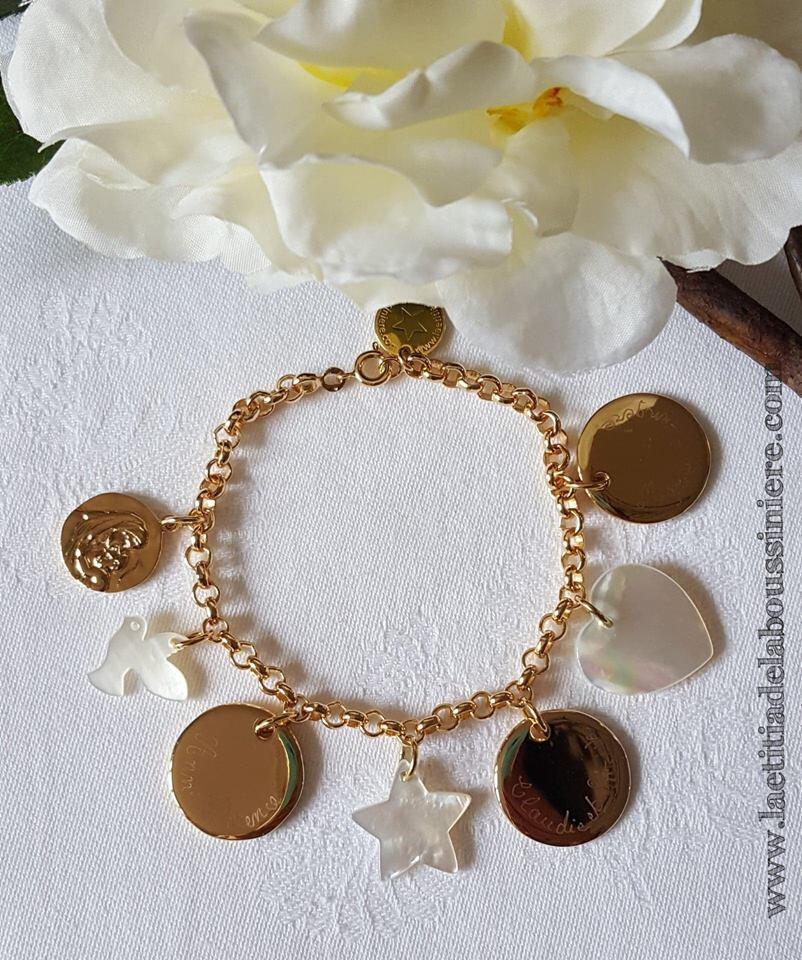 Bracelet personnalisé sur chaîne plaqué or médailles en plaqué or gravées main et breloques en nacre