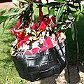 Black Flower 28€. Simili cuir tressé noir, velours coton imprimé fleurs, doublure coton rouge, lacet noir, anse tressée noir et rouge.