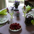TABLE MAUVES AVEC FRUITS ROUGES