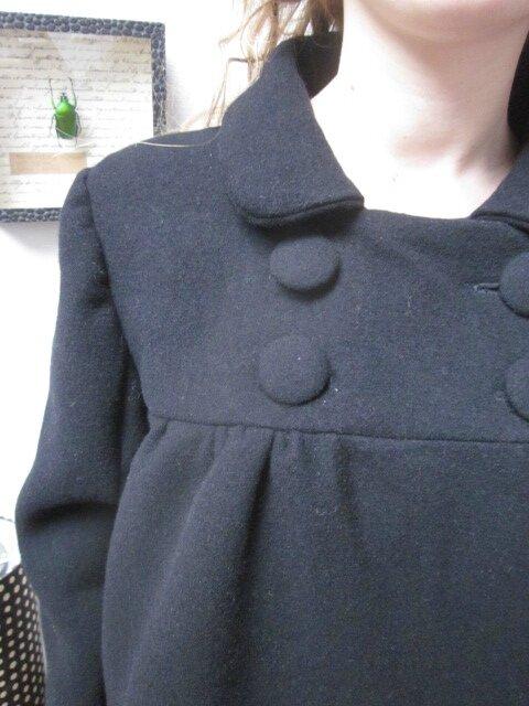 Manteau EDITH en lainage noir - double boutonnage, col claudine, manches trois quart - doublure de satin assortie - boutons recouverts dans le même tissu - taille 34 (15)