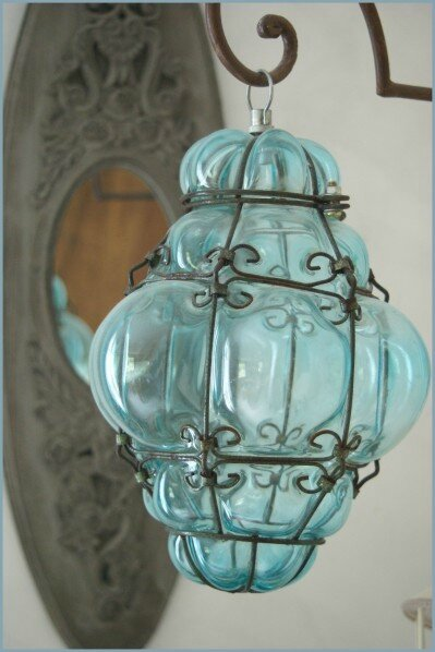 une de nos fameuse lanterne en verre souffl de murano. Black Bedroom Furniture Sets. Home Design Ideas