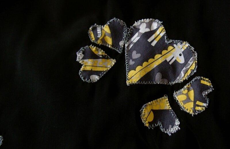 Enfant-T_shirt_col_V_noir_coeur-2