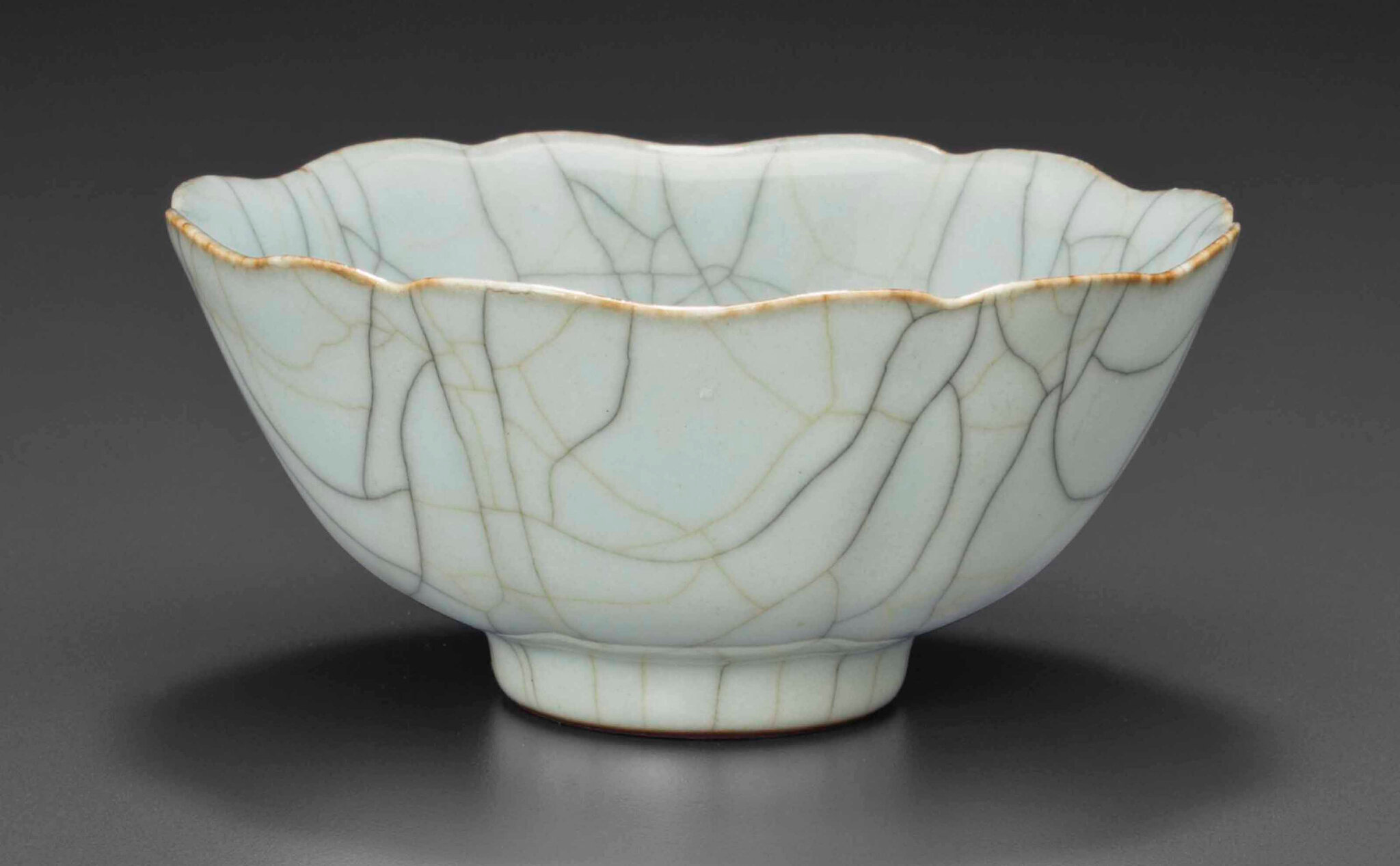 A Ge-type petal-lobed bowl, Qianlong four-character seal mark in underglaze blue and of the period (1736-1795)