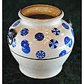 Vase globulaire en porcelaine à décor de disques bleu. vietnam. xixème siècle